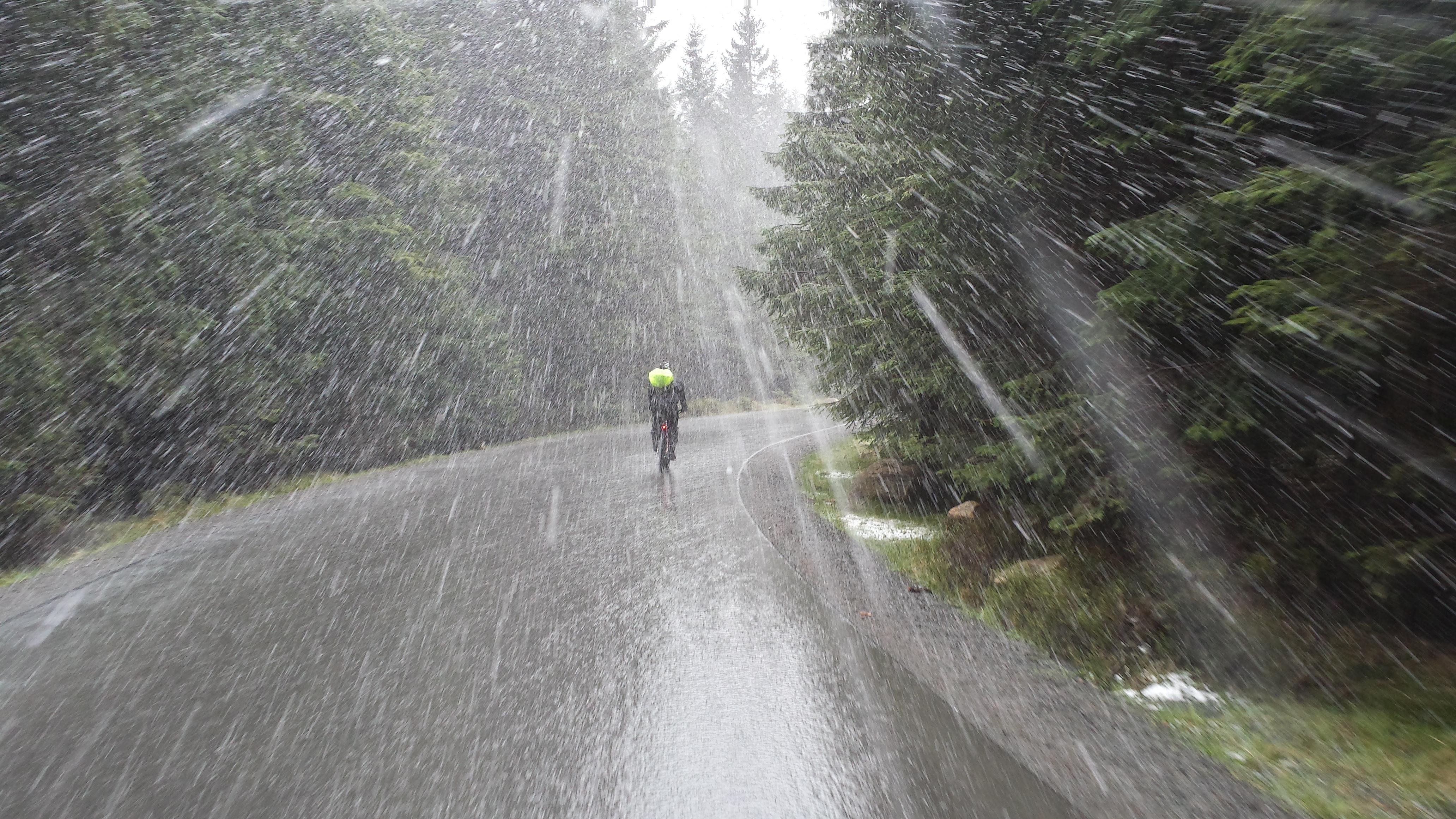 Die Abfahrt vom Brocken bei Schneeregen ist kein Zuckerschlecken.