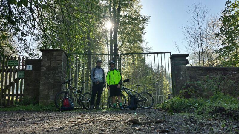 Keine Sau zu sehen im Sauenpark. Nur zwei Biker.